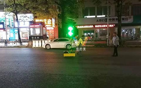 太阳能<a href=http://www.wdm88led.com/jtxh/yd/ target=_blank class=infotextkey>移动红绿灯</a>实地应用2.jpg