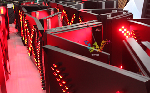 870型单面红叉雨棚灯批量老化中1.jpg